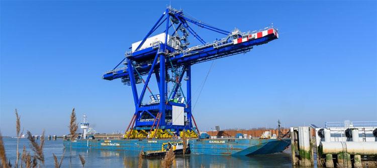 Indrukwekkende havenkraan vaart North Sea Port binnen